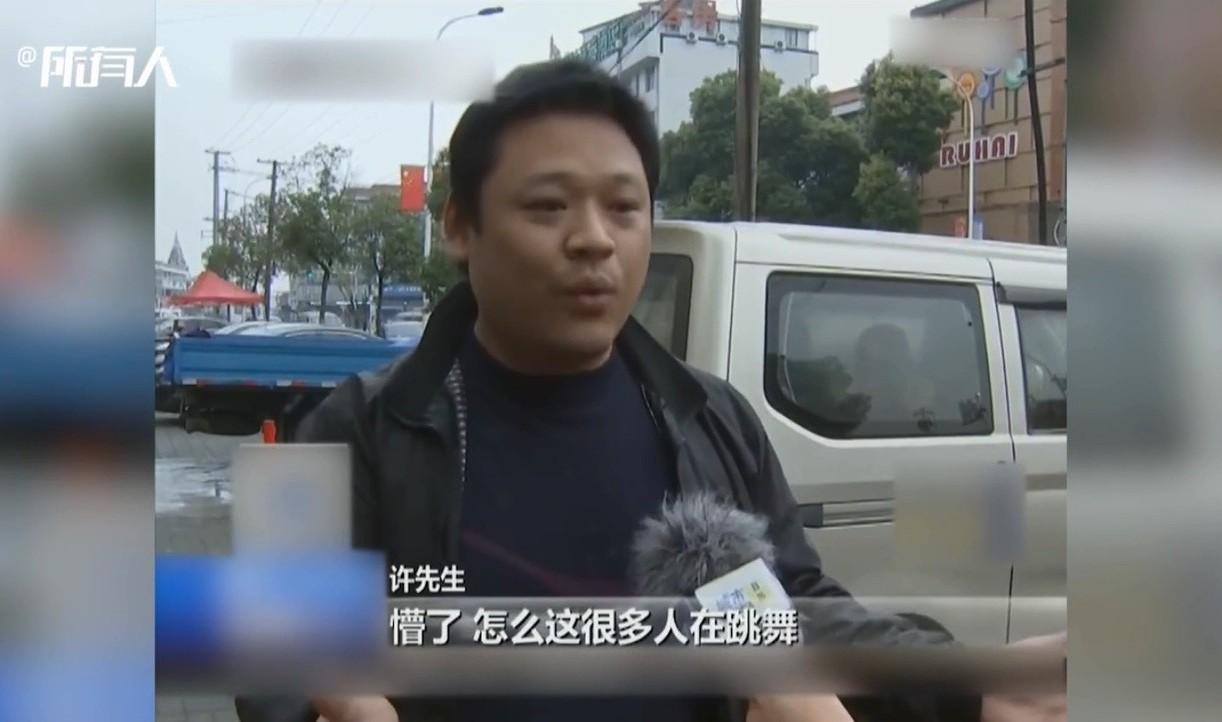 大陸一名男子將汽車停放在停車格內,卻遭到當地大媽「鏟車」移走。圖片來源/澎湃新聞