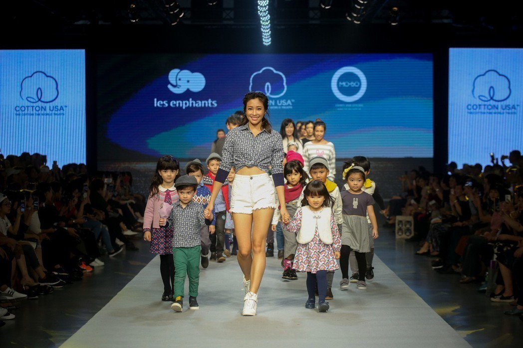 美國棉代言人Cindy 袁詠琳化身為永續勇敢女神,牽起麗嬰房展演小模特兒一同大步...