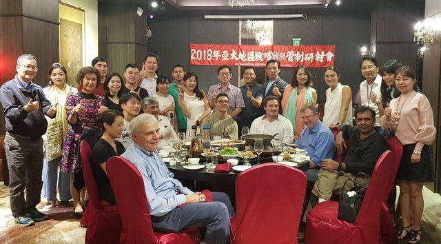 遠道而來參加第八屆亞太戰略貿易管制會議的各國貴賓,享用「高雄便宜坊烤鴨餐廳」精心...