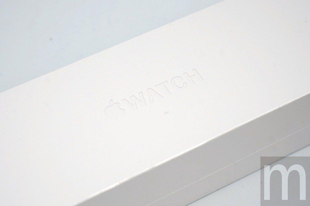 上層採用內凹的Apple Watch字樣