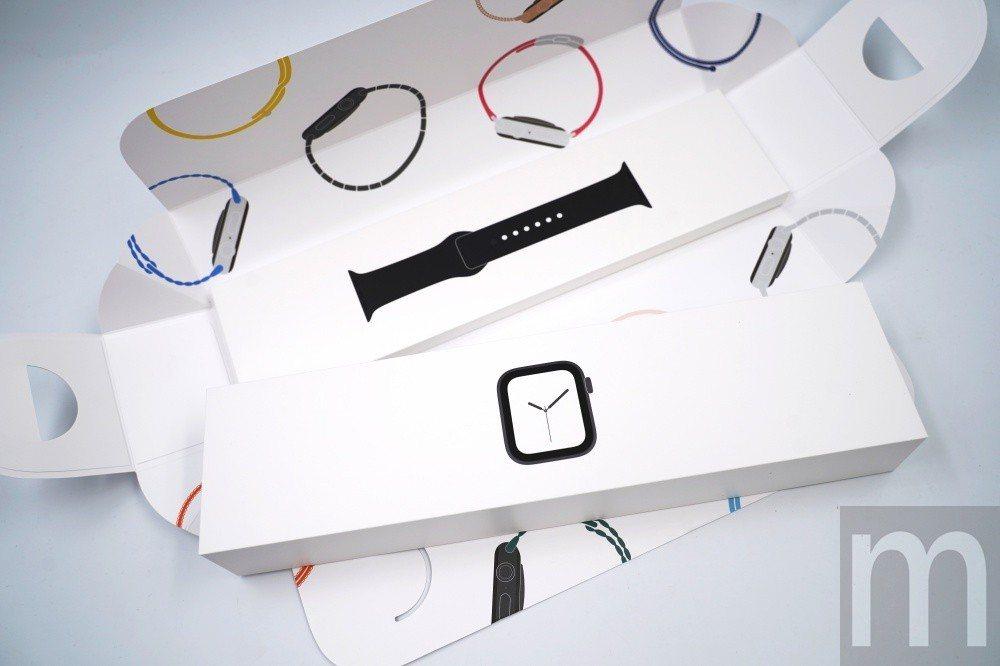 底部還有一組搭配錶帶配件,與過往直接將錶帶安裝在錶身上的包裝方式不同