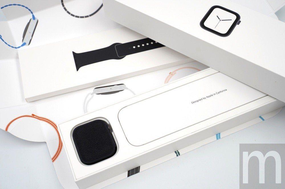 打開內部盒裝,即可看見分開收納的Apple Watch series 4錶身