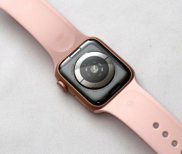 加入了全新電⼦⼼率感測器,錶背感測器的配置也全部重新設計。記者黃筱晴/攝影