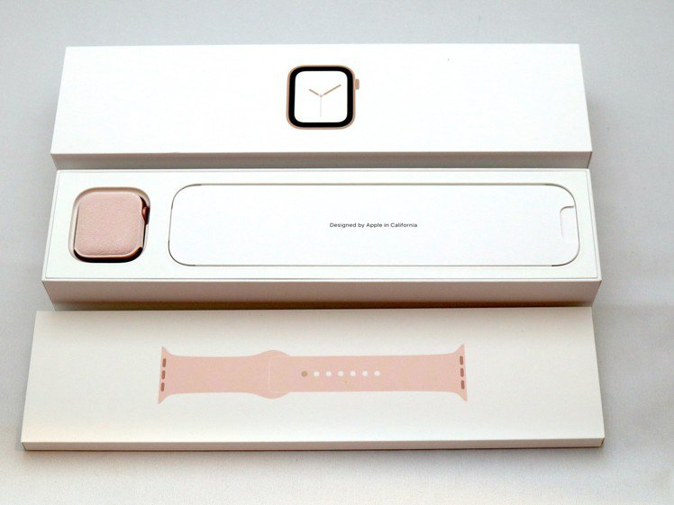 除了Apple Watch本身設計大幅更新,這次的外盒包裝方式也與前3代截然不同...