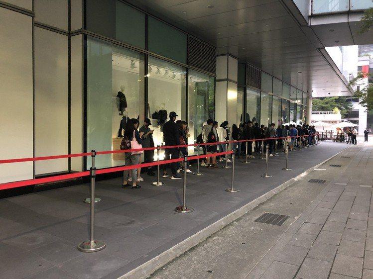 H&M與Moschino聯名系列開賣,雖然業者有刻意拉起紅龍管制排隊人潮,但看得...
