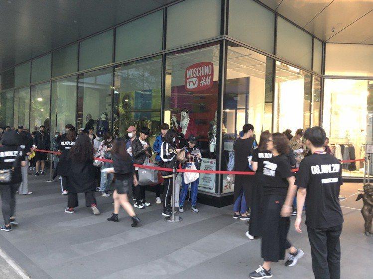 H&M與Moschino聯名系列今日(11/8)開賣,現場排隊人數不如以往,即使...