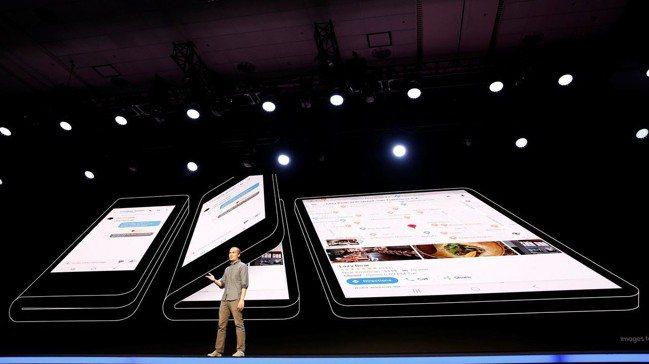 三星4日發表可折疊手機原型機,據稱翻開後的螢幕尺寸為7.3英寸。  路透