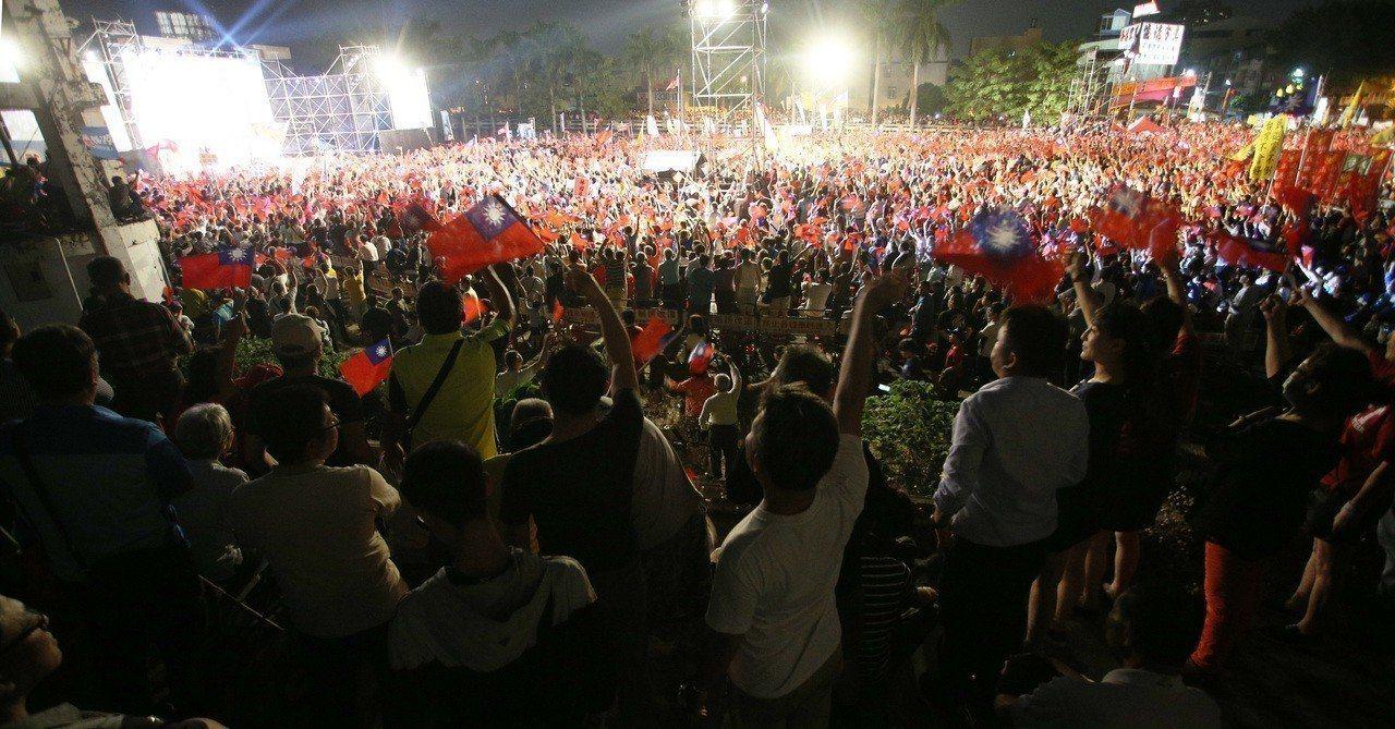 國民黨高雄市長候選人韓國瑜上個月在鳳山舉辦造勢晚會,場面熱烈,許多高點都站滿支持...