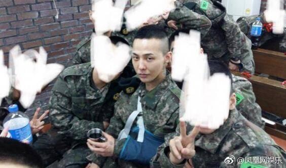 GD當兵與同袍合照。圖/摘自微博