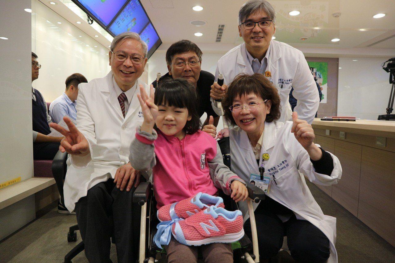 今年9歲的小欣透過機器人復健,已經可以站立,希望今年能完成走路上學的夢。記者陳雨...