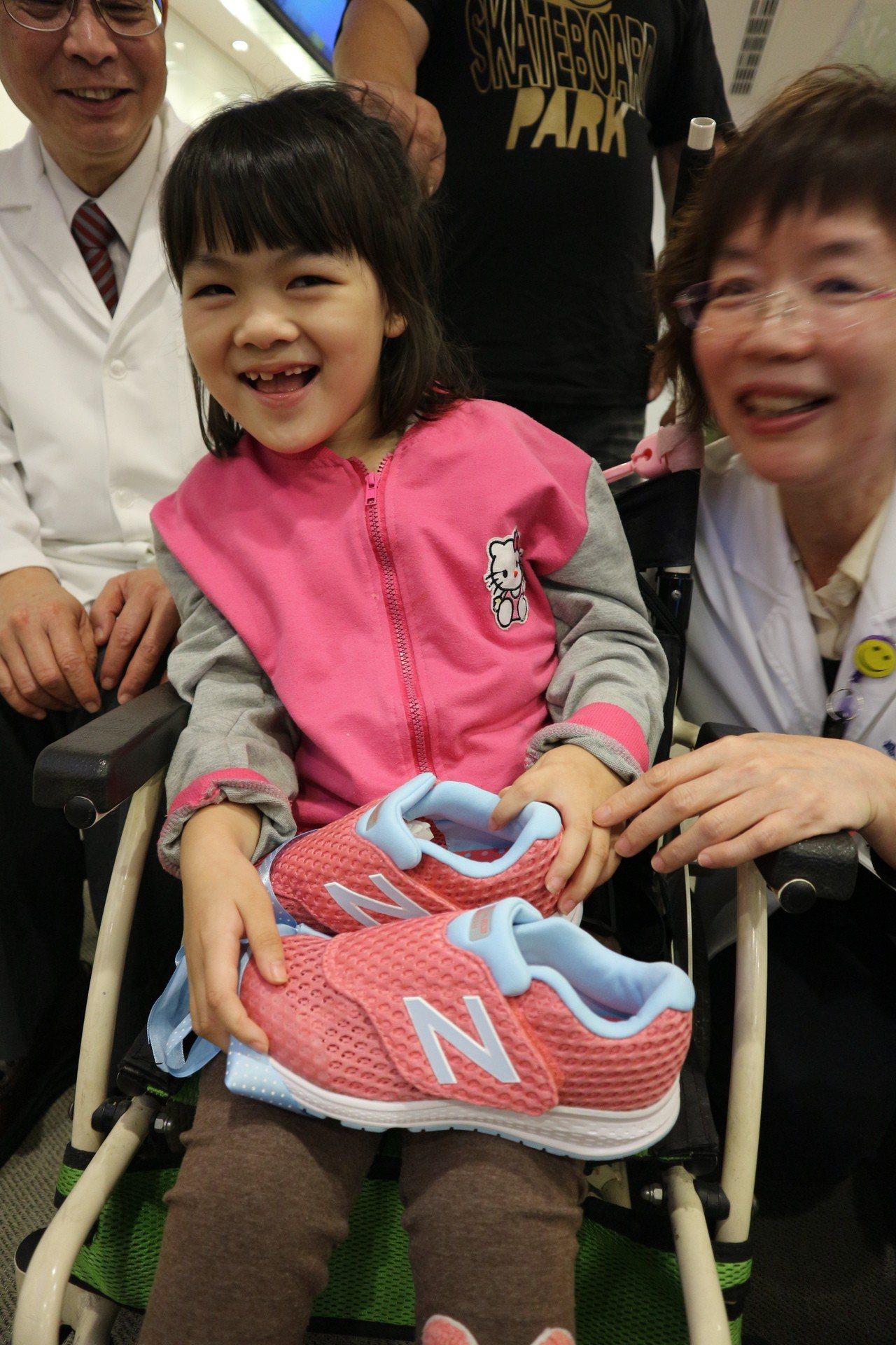 台北醫學大學附設醫院復健團隊送給小欣一雙新鞋,希望小欣能安全走路上學。記者陳雨鑫...