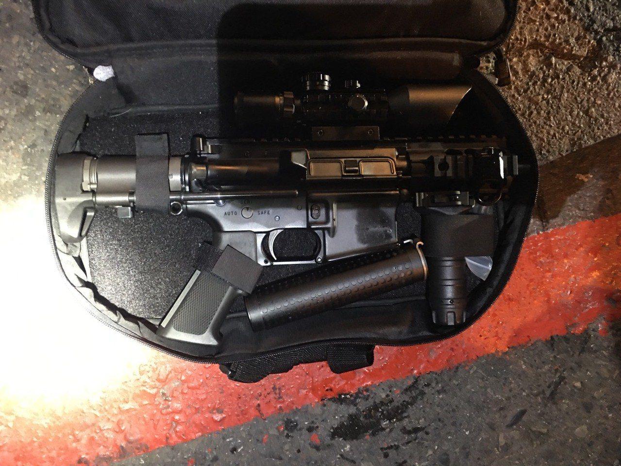 通緝犯陳祈安等人座車上搜出衝鋒槍。記者林伯驊/翻攝