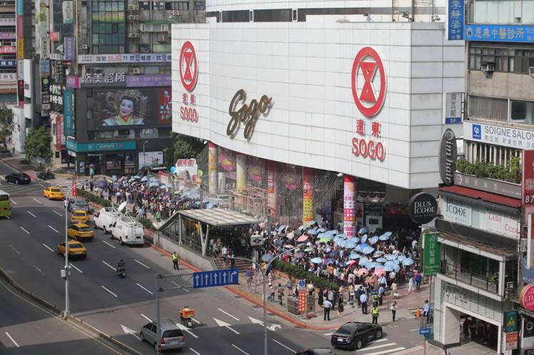 SOGO周年慶首日,忠孝館外排滿人潮。記者林澔一/攝影