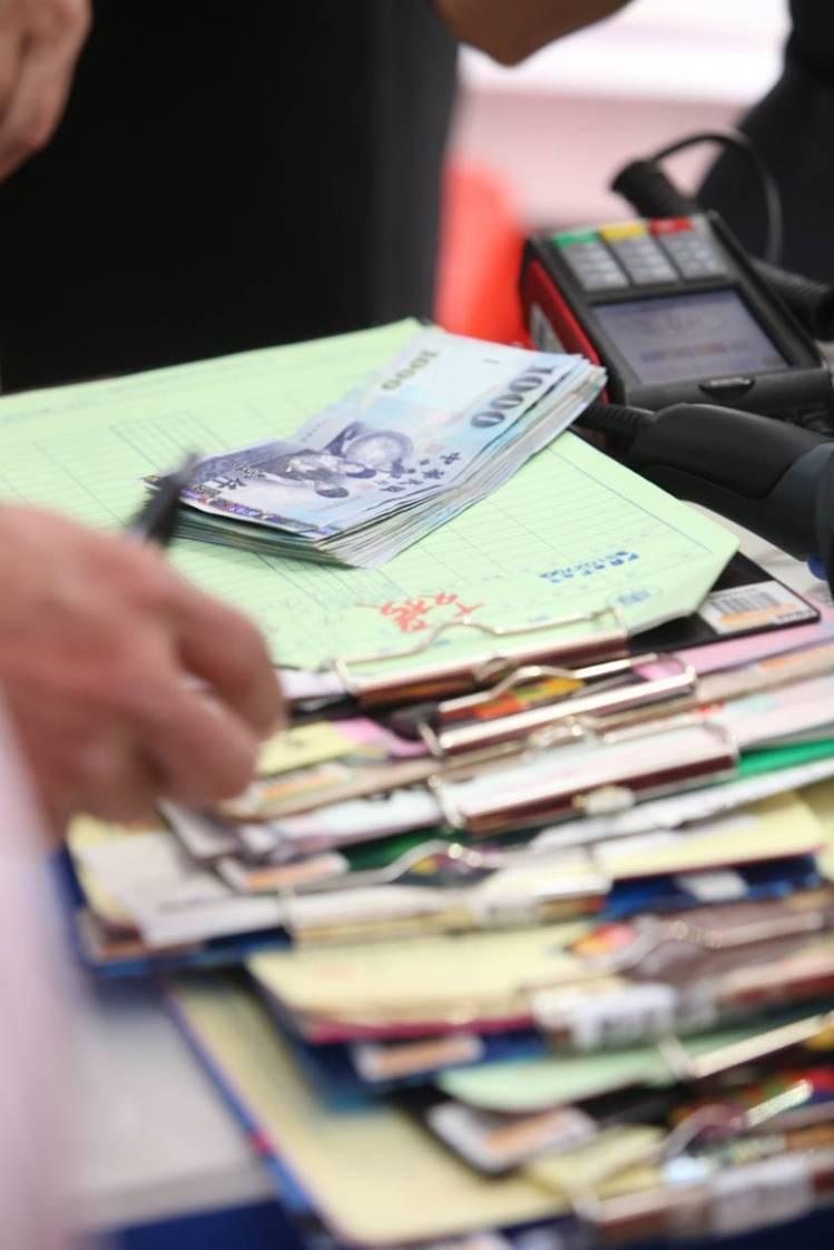 結帳櫃檯排滿結帳單。記者林澔一/攝影