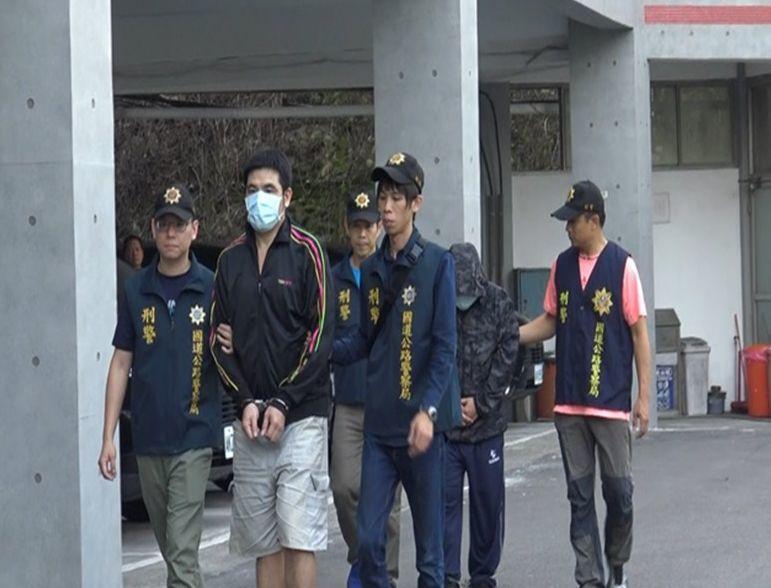 警方查獲張姓通緝犯擁槍自重販毒牟利(左二)。記者林昭彰/翻攝