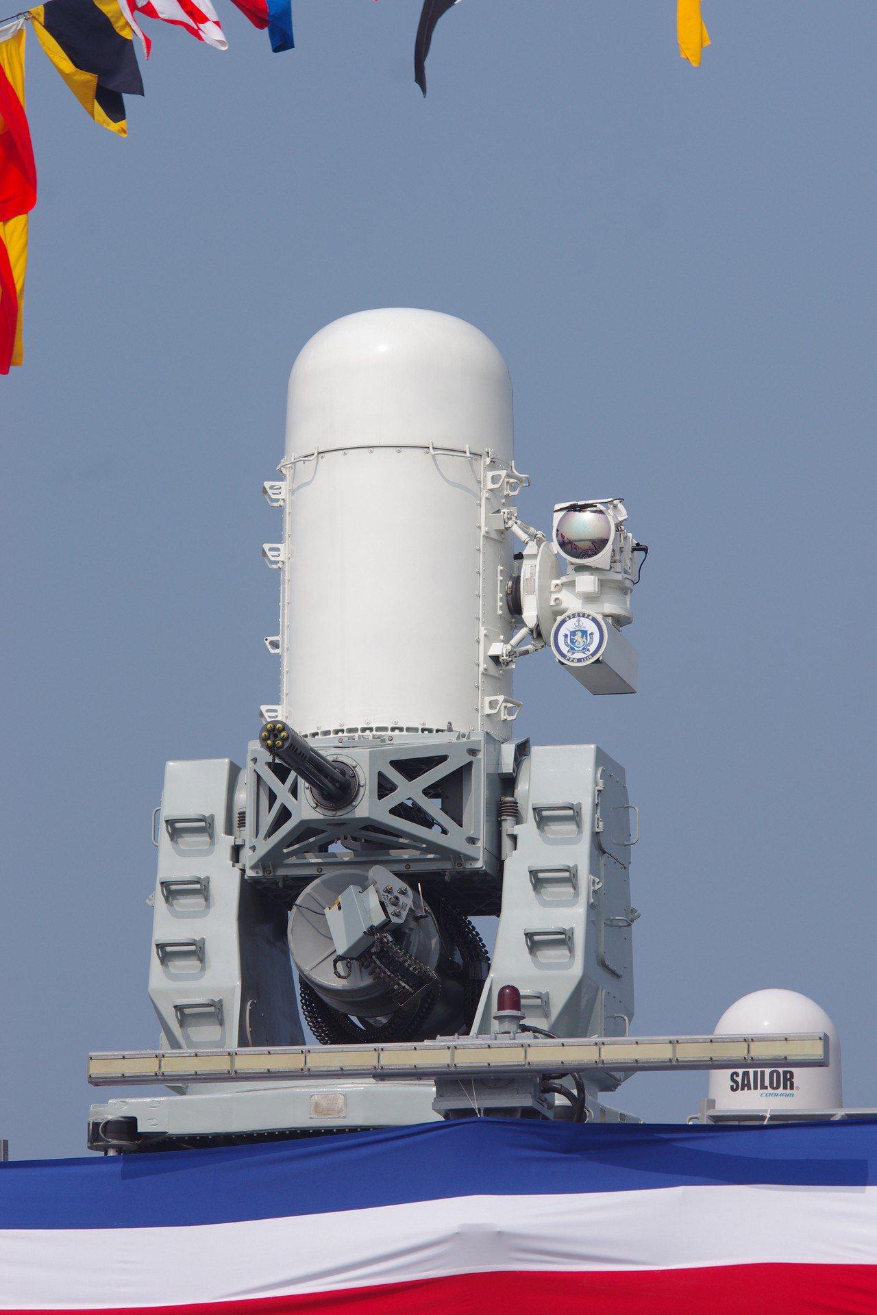 逢甲艦上的新款方陣快砲,雷達罩旁增加光電瞄準系統。記者程嘉文/攝影