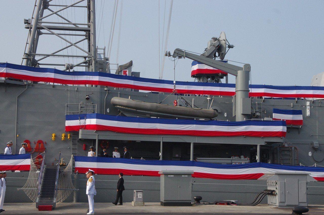 銘傳艦左舷的吊桿與大型突擊舟。記者程嘉文/攝影