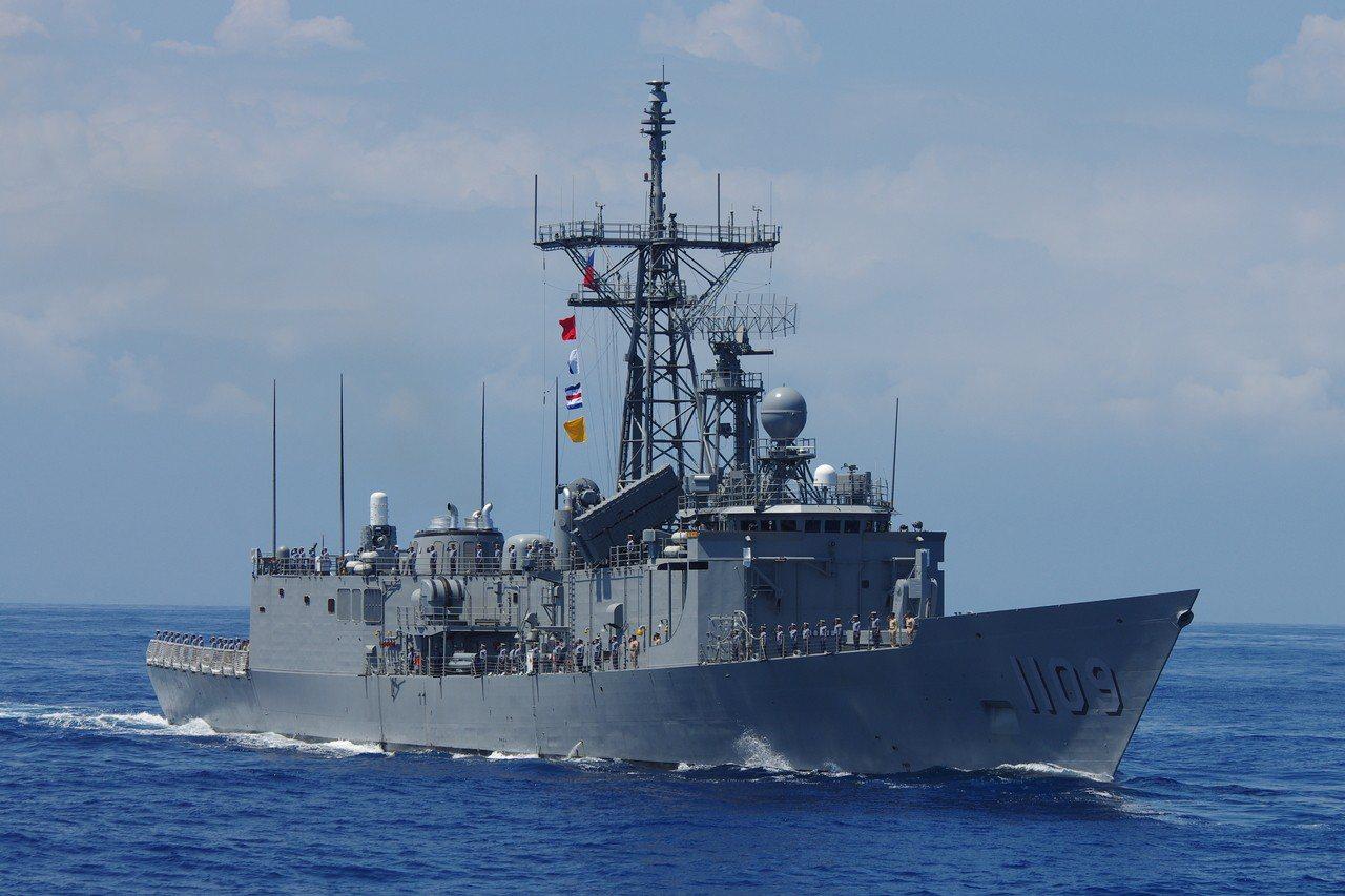 成功級艦「張騫」號,可看到雄風飛彈發射箱,但主桅頂端沒有「鷹鍊」天線,船身側面有...