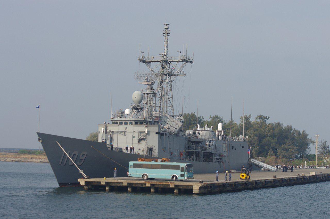 張騫艦左舷,可以看到40公釐快砲前方有一艘小艇。資料照,記者程嘉文/攝影