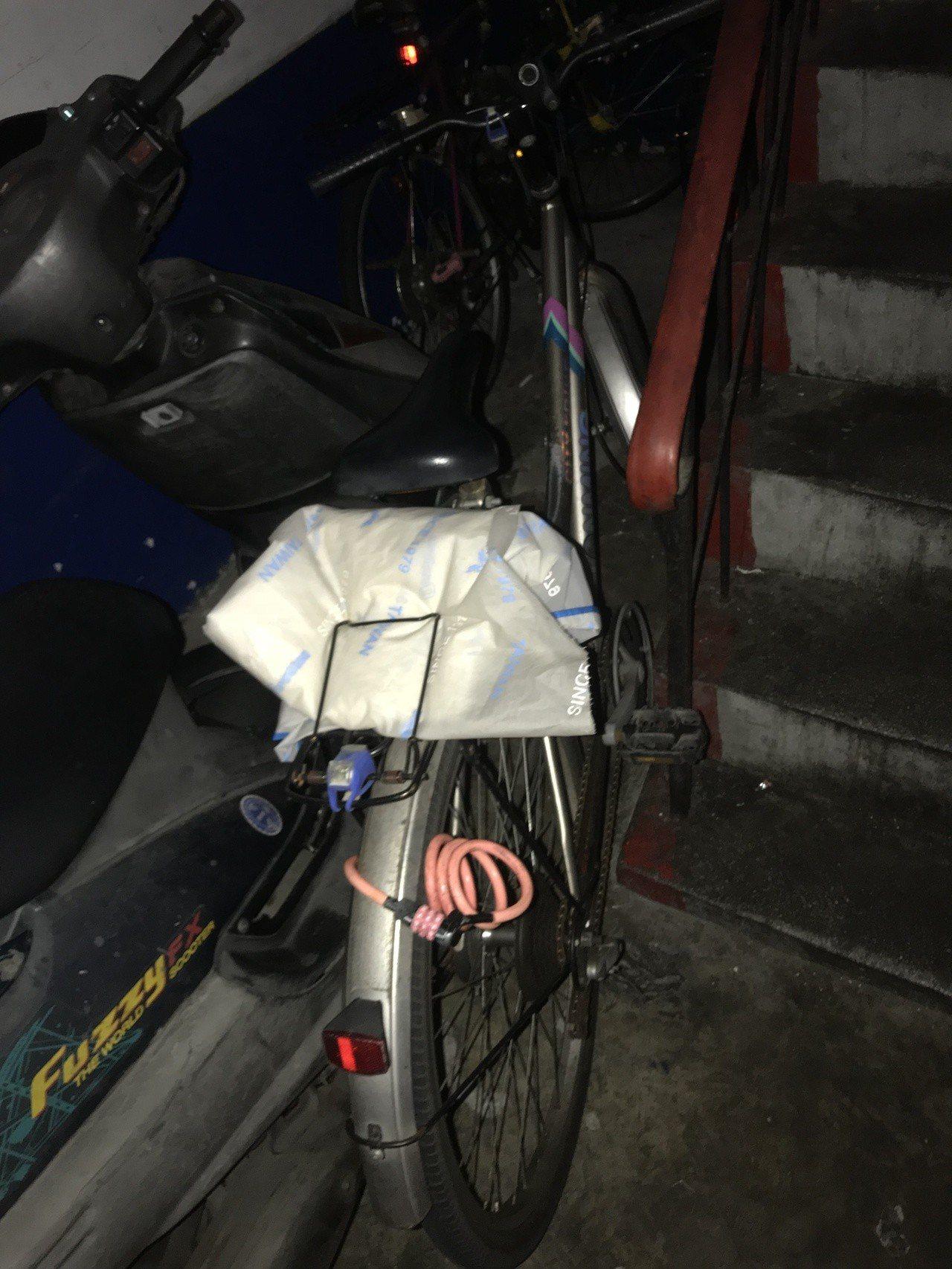 被害陳姓女子的腳踏車,失而復得後已用鎖鎖上。記者巫鴻瑋/翻攝