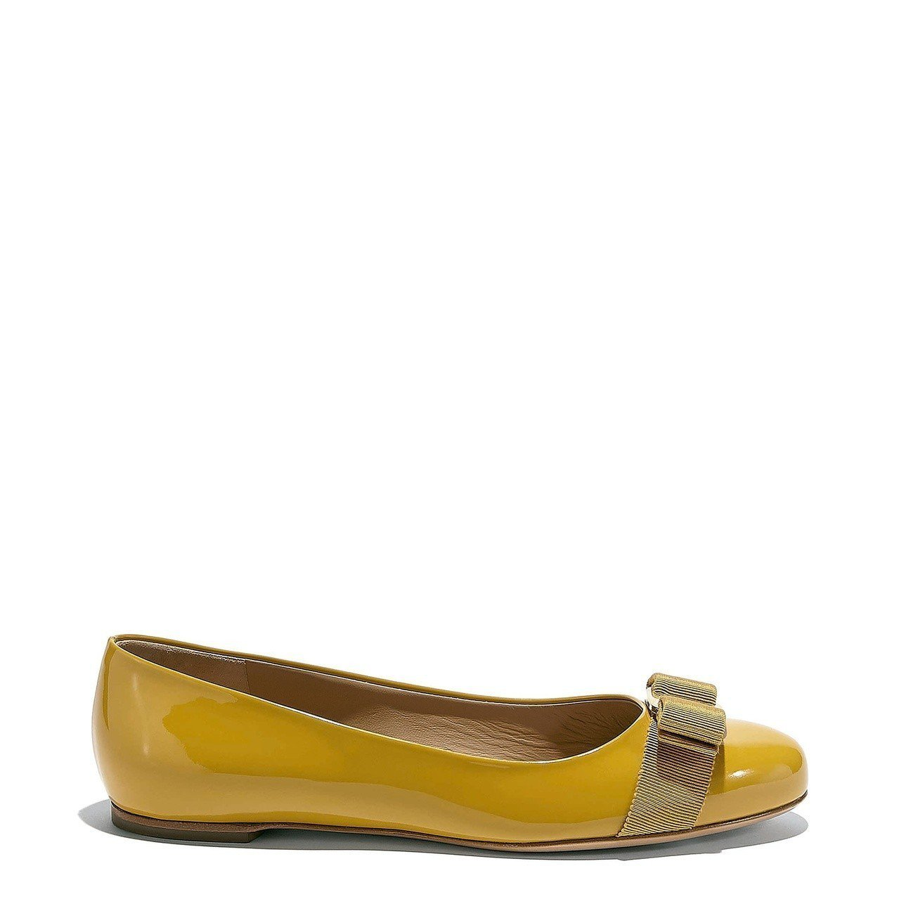VARINA黃色漆皮平底鞋,21,900元。圖/Salvatore Ferrag...