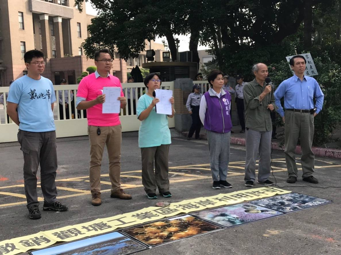 陳學聖(右)上午聲援環保團體在行政院門口的記者會,強調當選上任後,第三天然氣接受...