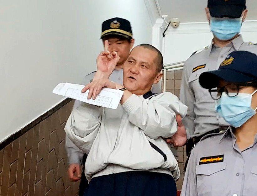 縱火燒死雙親等6名親屬的翁仁賢還押看守所時,再次比出中指。記者王宏舜/攝影