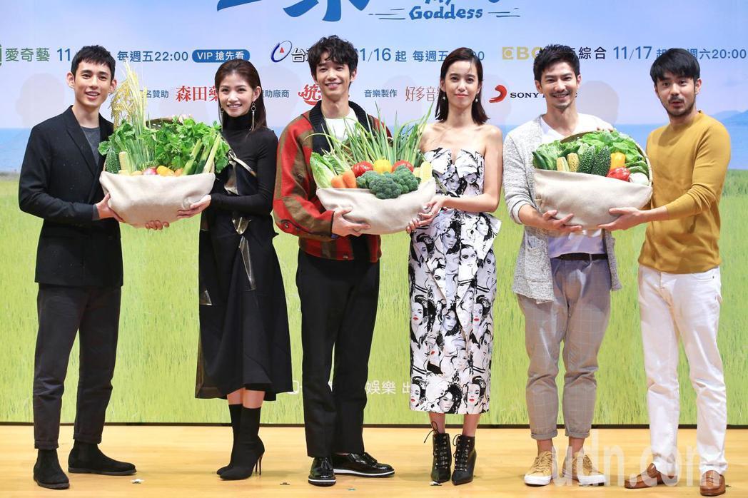 《種菜女神》下午舉行首映發布會,主要演員劉以豪(左三)、陳庭妮(右三)、李千娜(