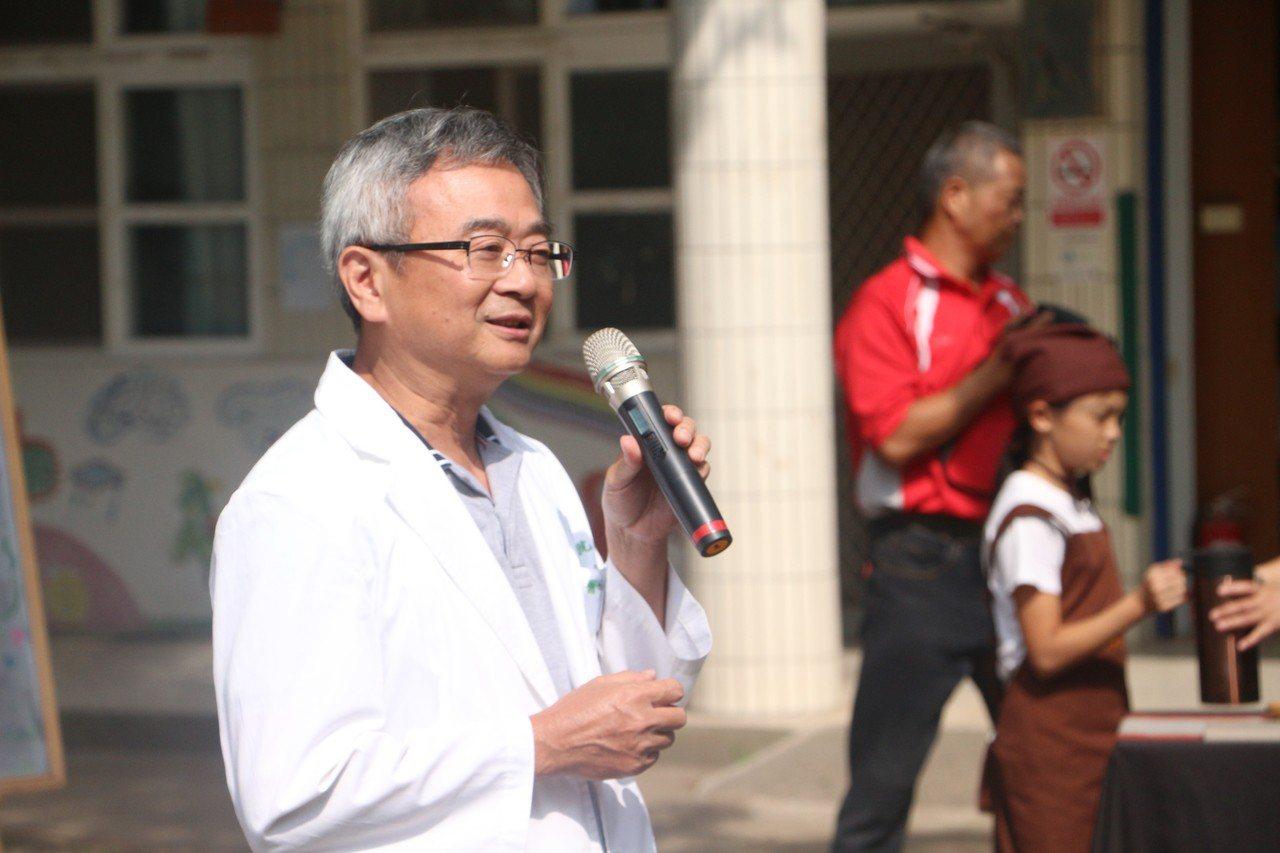 醫師賴成宏如約上山,視病人如親人的態度,受到民眾稱讚。記者邱奕能/攝影