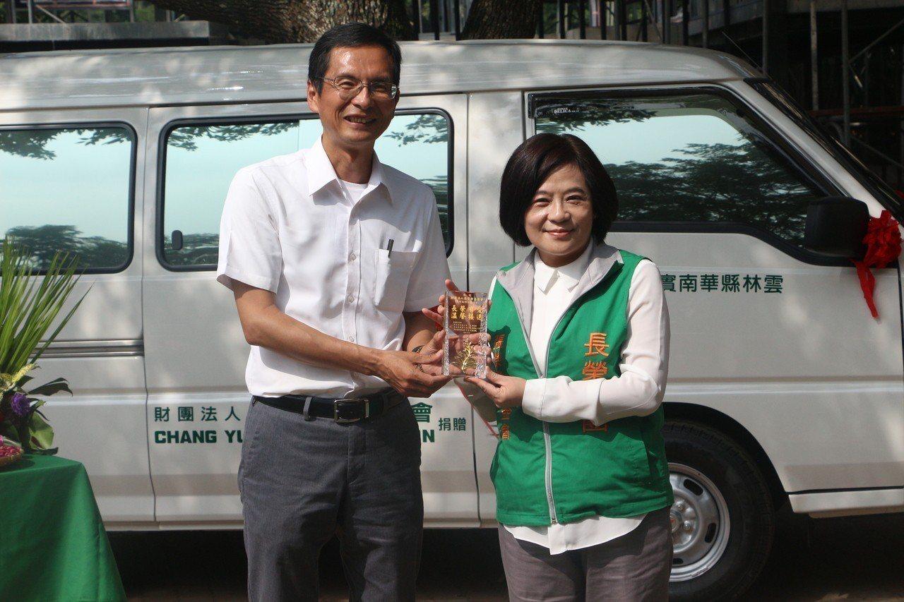 華南國小校長陳清圳(左)與張榮發基金會執行長鍾德美(右)。記者邱奕能/攝影
