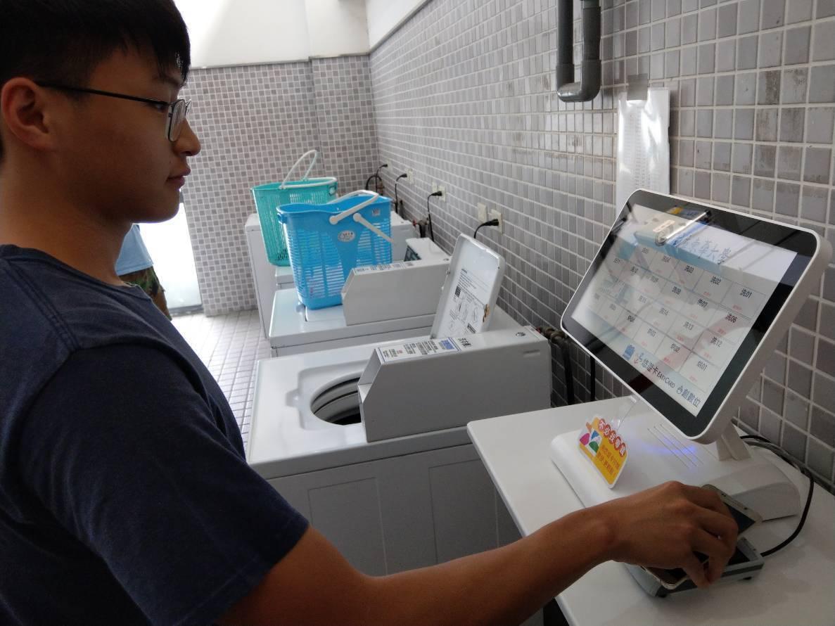 東華大學校內宿舍洗烘衣機使用悠遊卡付款。 圖/悠遊卡公司提供