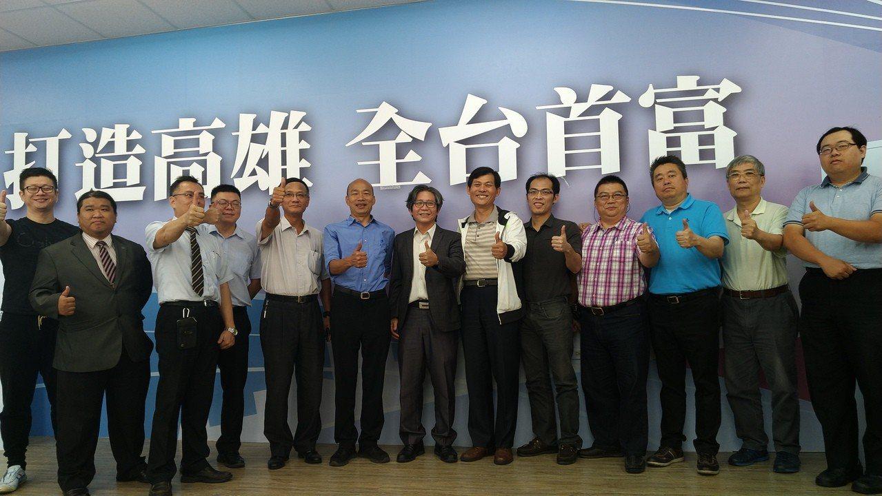 今下午高雄市牙醫師公會約15名牙醫師到國民黨高市黨部拜訪國民黨高市長候選人韓國瑜...