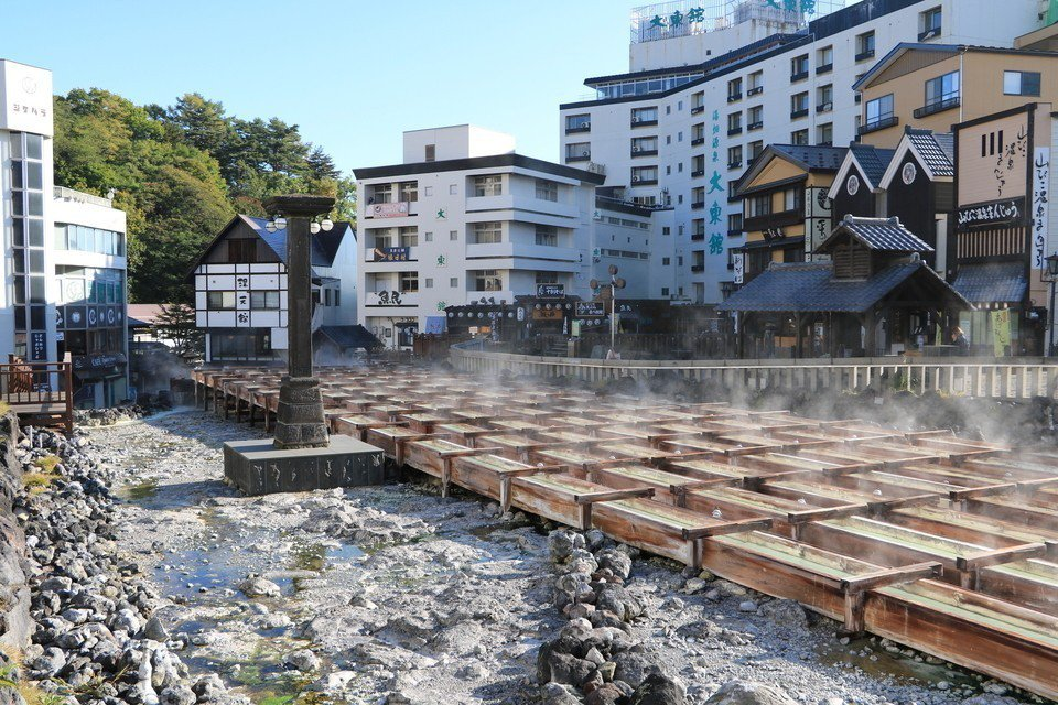 「湯畑」的天然溫泉瀑布和溫泉煙霧為當地增添不少夢幻色彩。圖/樂天旅遊提供