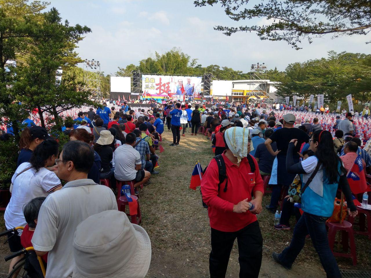 國民黨高雄市長候選人韓國瑜今晚將在美濃舉辦旗山地區造勢晚會,下午就有民眾進場等候...