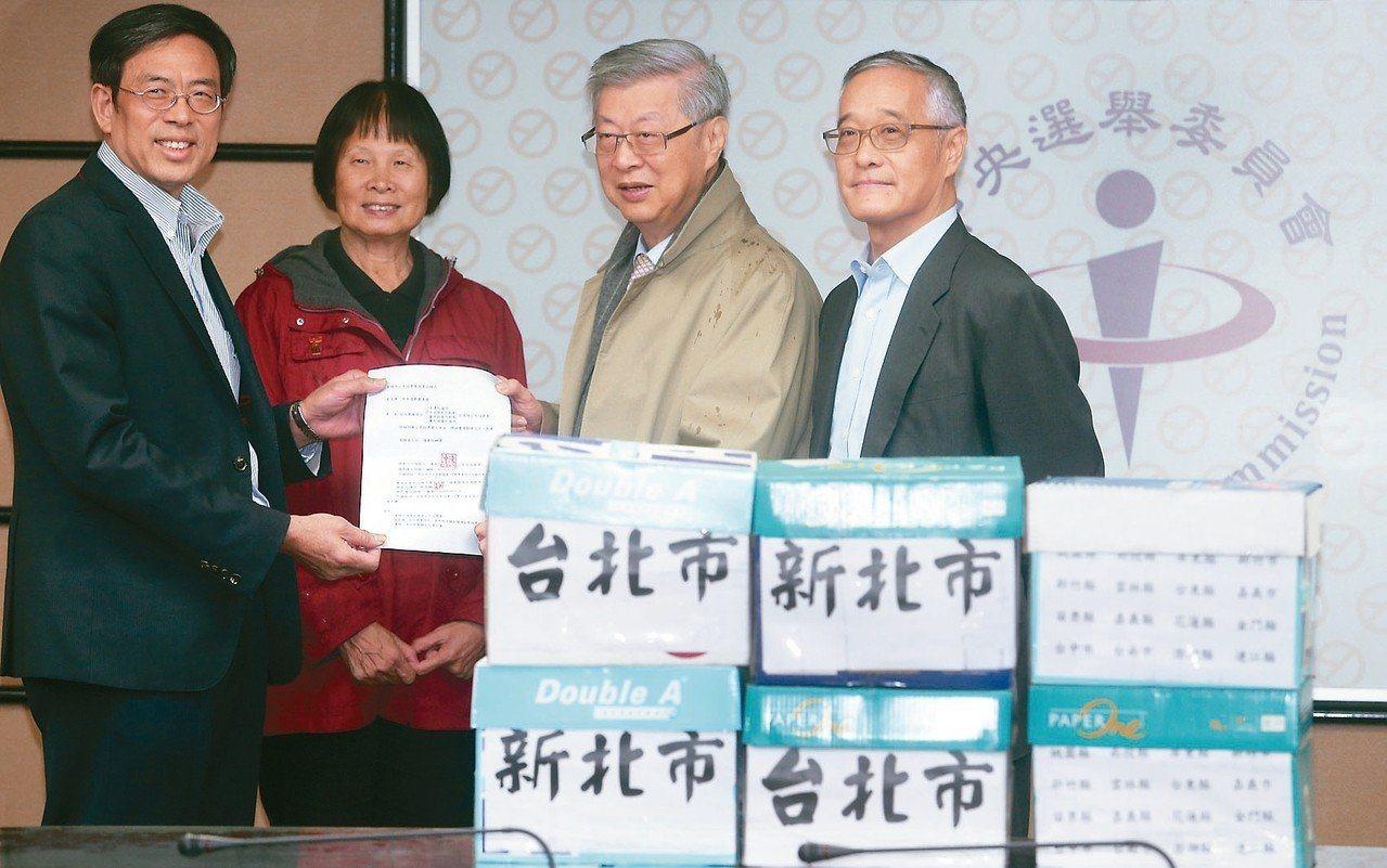 負數票協會理事長張天鷞(右一)。圖/聯合報系資料照