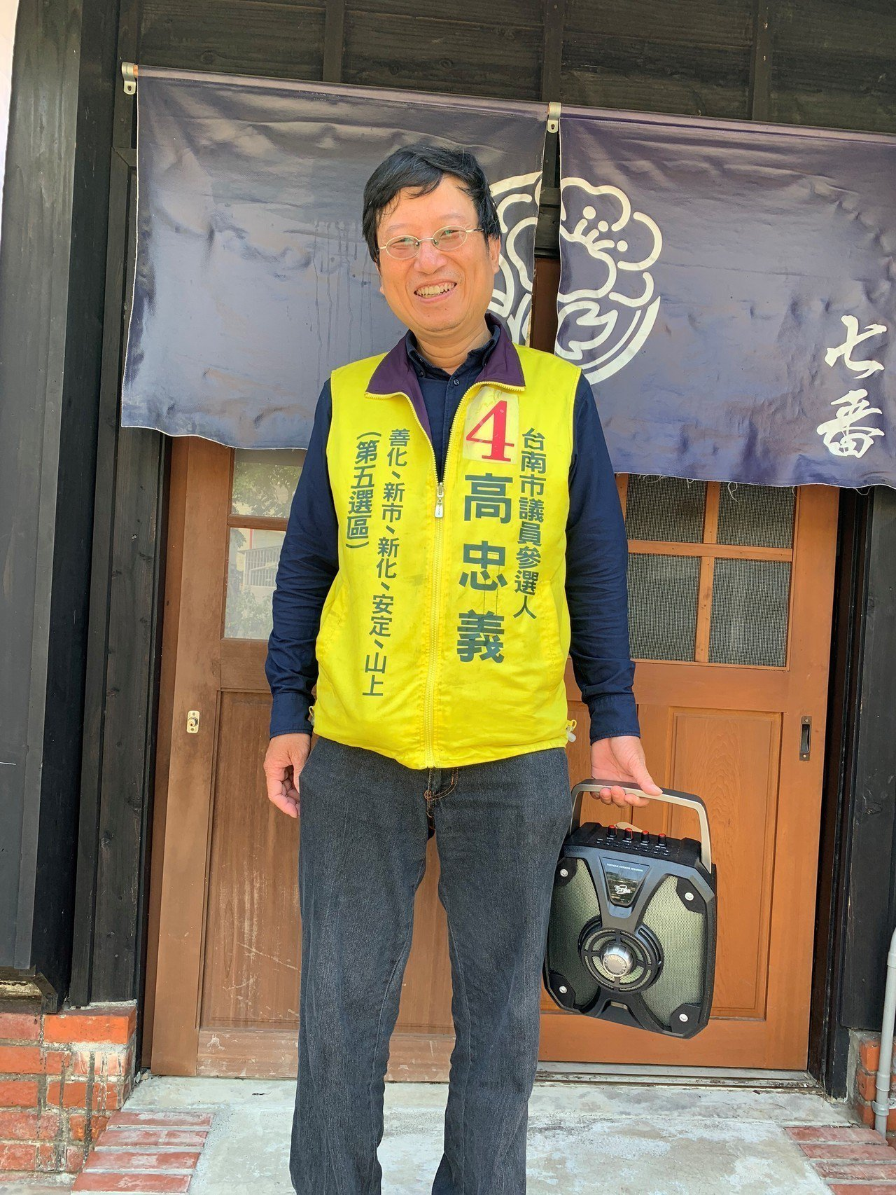 無黨籍台南市議員候選人高忠義提著一台擴音器,單槍匹馬站街頭宣傳。記者吳淑玲/攝影