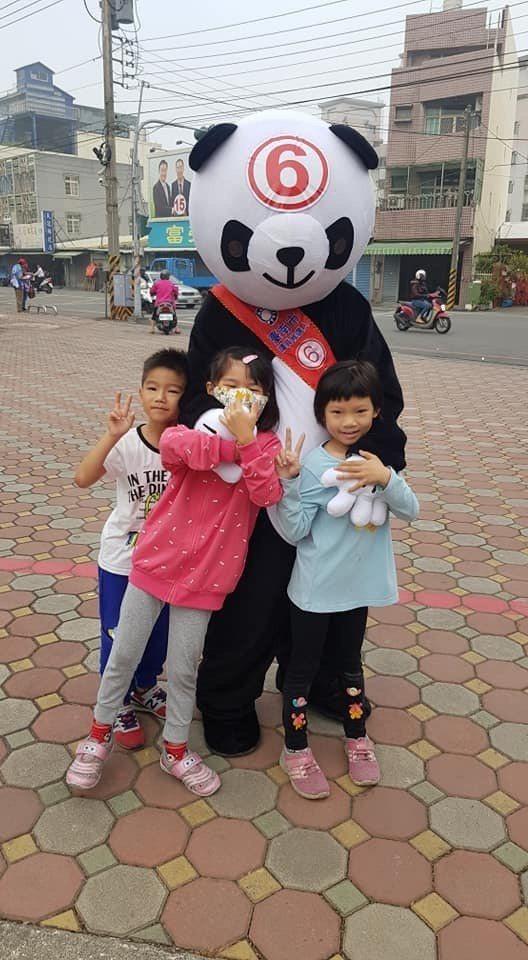 尋求連任的國民黨台南市議員林燕祝有另類助選員「熊貓」,比本尊還受歡迎。圖/林燕祝...