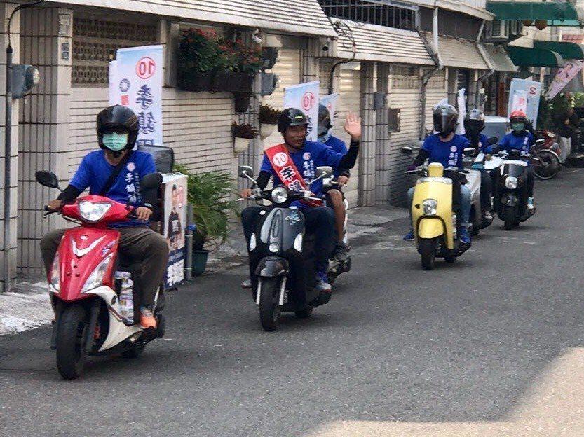 國民黨台南市議員候選人李鎮國(左二)組機車隊打巷弄戰。圖/李鎮國提供