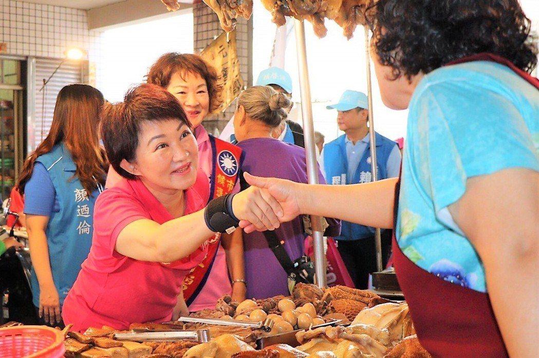 台中市長候選人盧秀燕為避免手受傷,握手時戴上了護腕。圖/