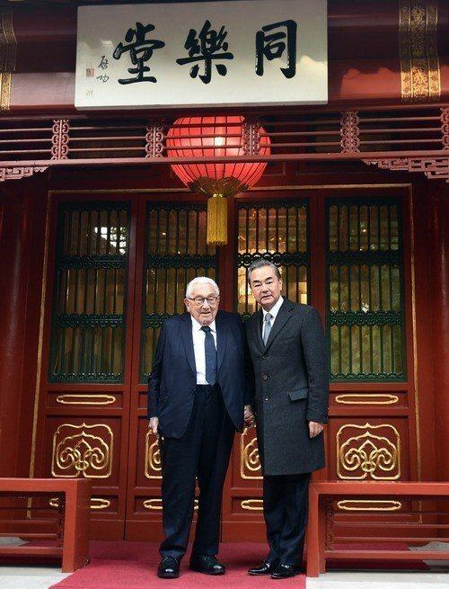 中國大陸國務委員兼外交部長王毅(右)今在北京會見美國前國務卿季辛吉。(中國外交部...
