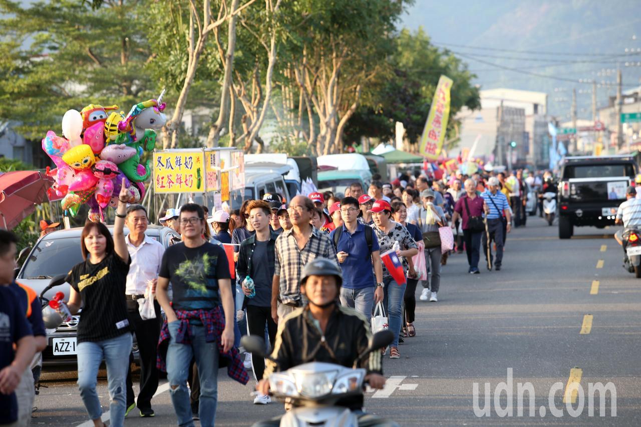 韓國瑜晚間在旗山舉行造勢大會,由於前往會場的交通出現大塞車情況,許多民眾把車停在...