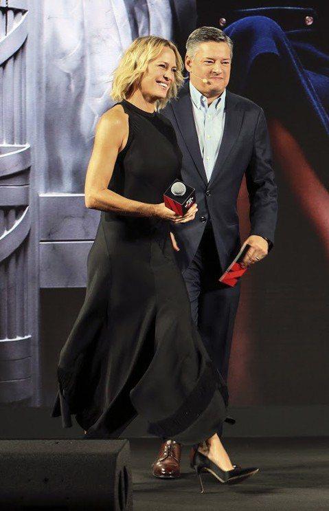 以Netflix原創劇「紙牌屋」紅遍全球的女主角羅蘋萊特8日現身新加坡出席Netflix「遇見未來:亞洲」記者會,對於該劇風光落幕,她感觸良多說:「我對這一切的成果感到驕傲,更對整個團隊的表現感到驕...