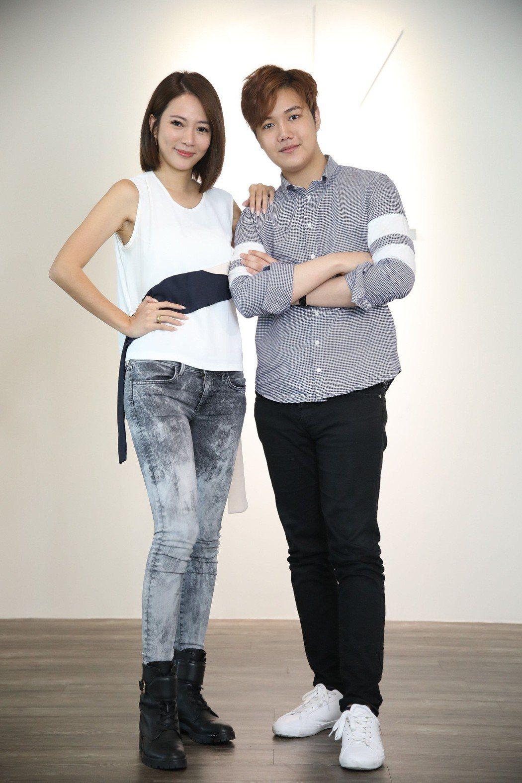 高宇蓁(左)向麥克風小天王蘇友謙討教招財秘笈。圖/友恆國際提供