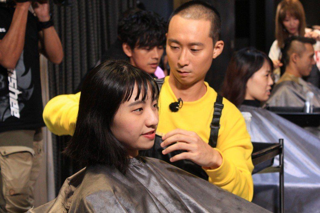 浩子動刀幫粉絲剪髮,過程小心奕奕。圖/民視提供