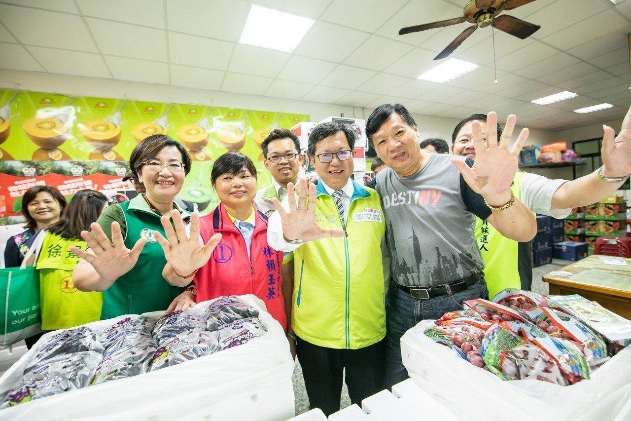 桃園市長鄭文燦(中)今天請假投入選舉,天還未亮就開始掃街跑市場,一一向選民、攤商...
