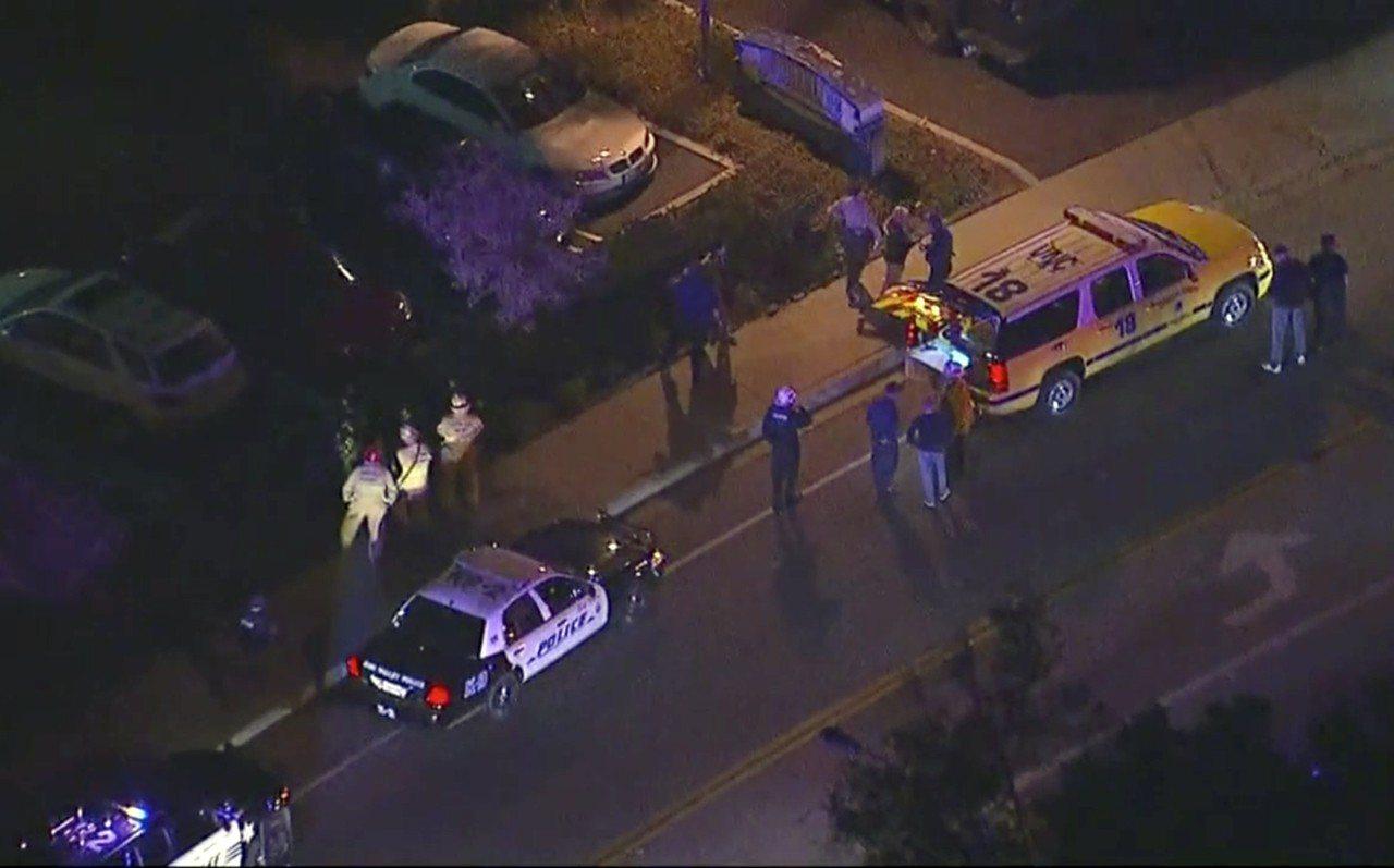 加州槍擊案現場的空拍畫面,警方如臨大敵。美聯社