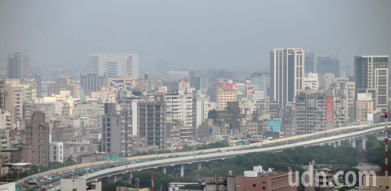 今天西半部空氣品質差,台北一片霧茫茫。記者陳正興/攝影