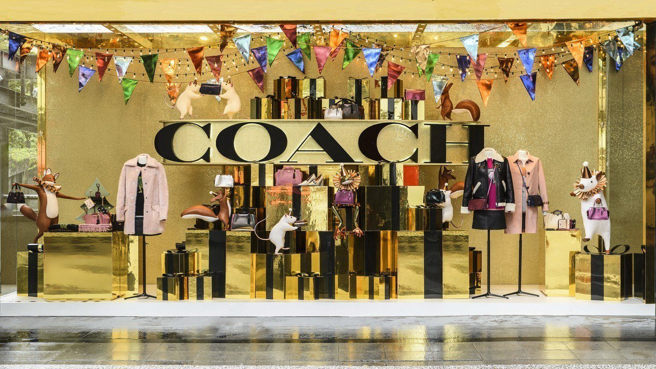 COACH Holiday系列限定概念店11月25日前開設於新光三越A8南大門。...