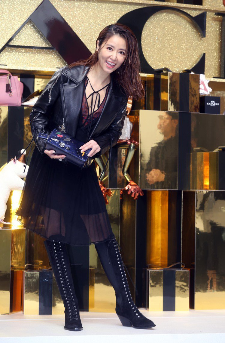 林心如穿2019早春印花洋裝23,800元、Moto黑色皮衣57,800元、麂皮...