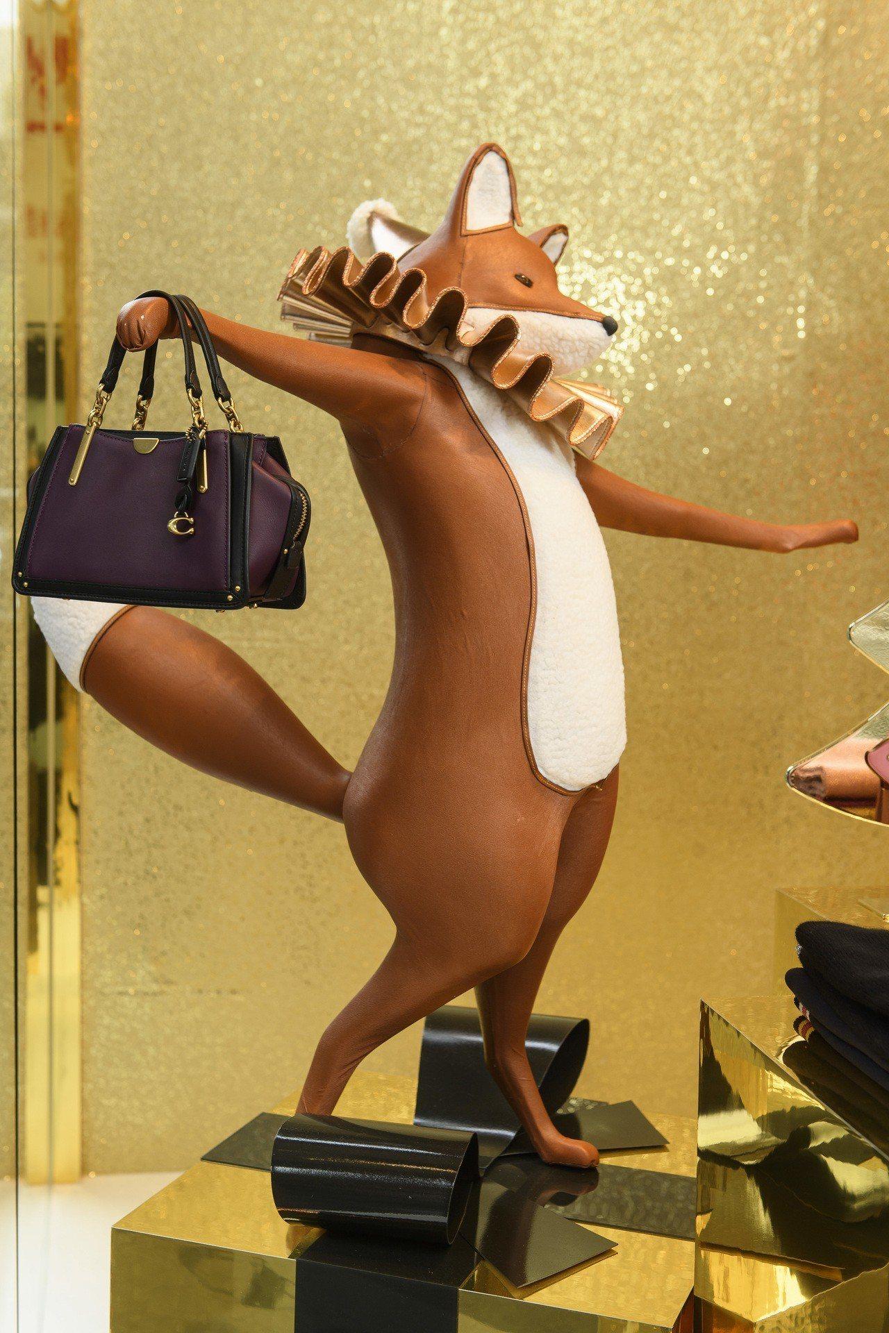 COACH Holiday系列限定概念店有超可愛的小豬、青蛙、狐狸等公仔陳列。圖...
